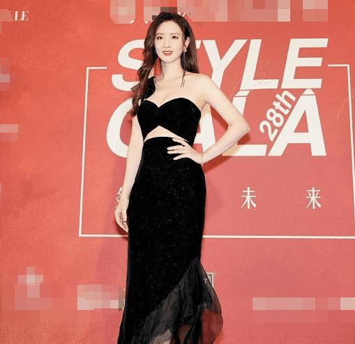 Cựu Hoa hậu Hoàn vũ Trung Quốc bị đứt dây áo và tuột váy tại thảm đỏ-1