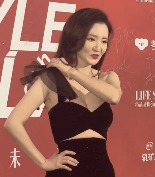 Cựu Hoa hậu Hoàn vũ Trung Quốc bị đứt dây áo và tuột váy tại thảm đỏ-2