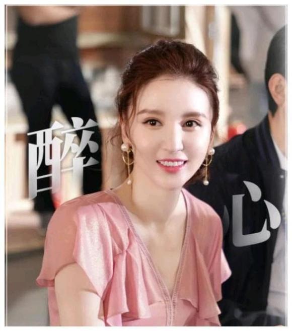 Cựu Hoa hậu Hoàn vũ Trung Quốc bị đứt dây áo và tuột váy tại thảm đỏ-4