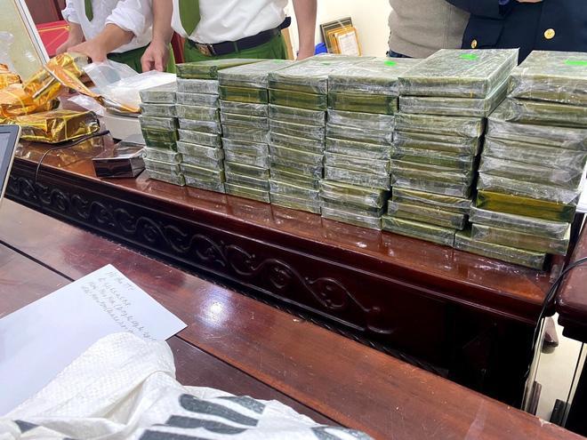 Cảnh sát bắn chỉ thiên, chặn xe ô tô chở 8 bao tải ma túy trị giá cả trăm tỷ đồng-3