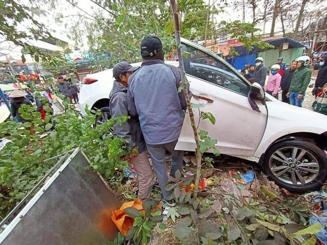 Clip: Ôtô mất lái lao như tên vào chợ cóc, 7 người bị thương-1
