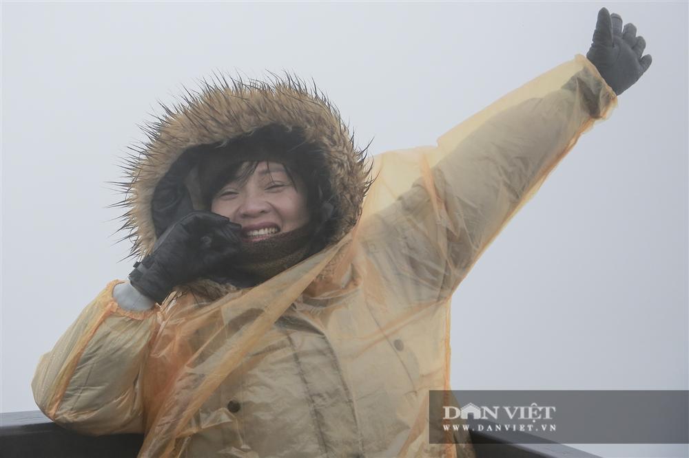 Nhiệt độ xuống -4 độ C, biển người chen nhau trên đỉnh Fansipan chờ băng tuyết-11
