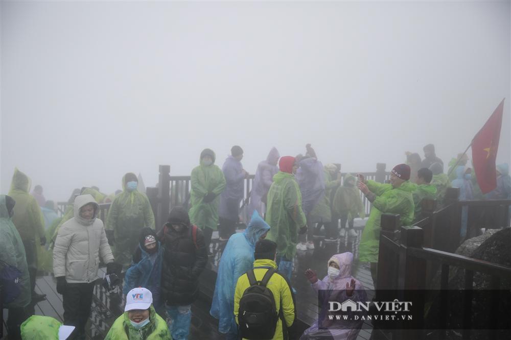 Nhiệt độ xuống -4 độ C, biển người chen nhau trên đỉnh Fansipan chờ băng tuyết-12
