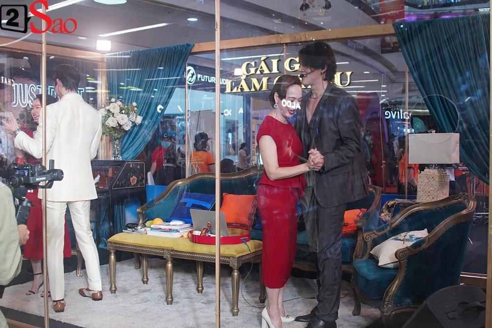 Kaity Nguyễn và dàn sao Gái già lắm chiêu V bị nhốt trong lồng kính giữa trung tâm thương mại-3