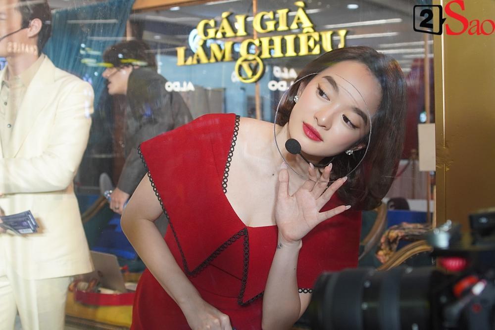 Kaity Nguyễn và dàn sao Gái già lắm chiêu V bị nhốt trong lồng kính giữa trung tâm thương mại-4