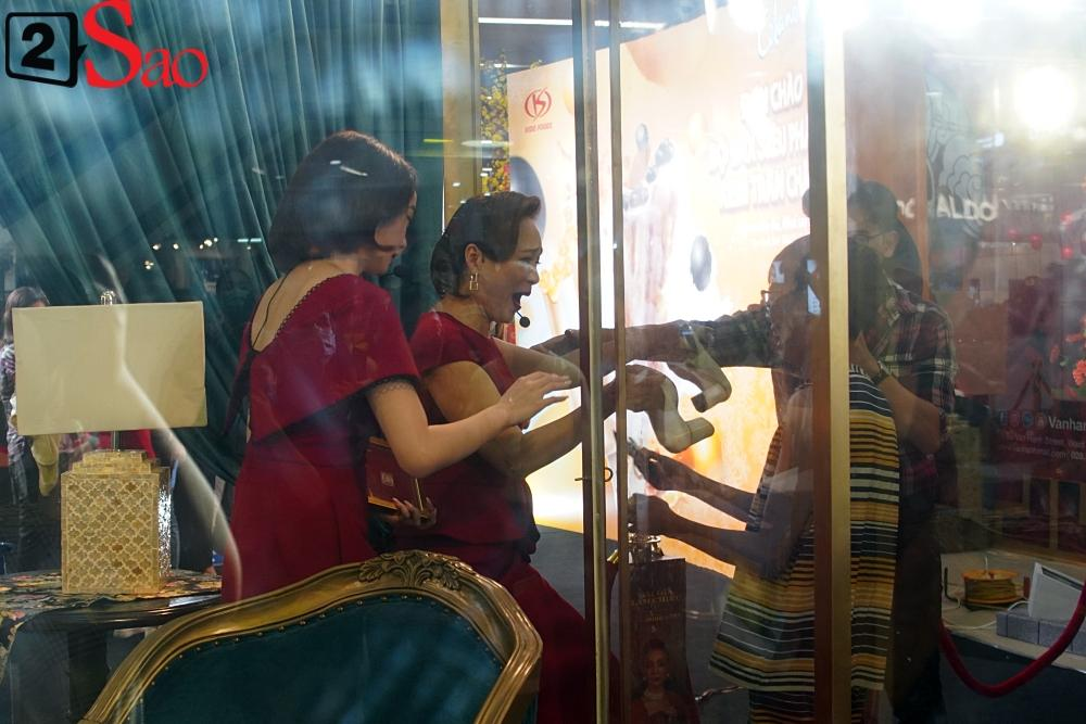 Kaity Nguyễn và dàn sao Gái già lắm chiêu V bị nhốt trong lồng kính giữa trung tâm thương mại-6
