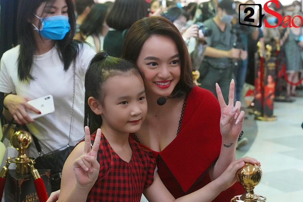 Kaity Nguyễn và dàn sao Gái già lắm chiêu V bị nhốt trong lồng kính giữa trung tâm thương mại-7