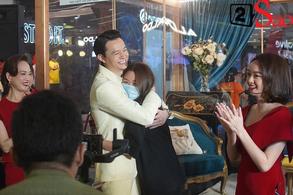 Kaity Nguyễn và dàn sao Gái già lắm chiêu V bị nhốt trong lồng kính giữa trung tâm thương mại-8
