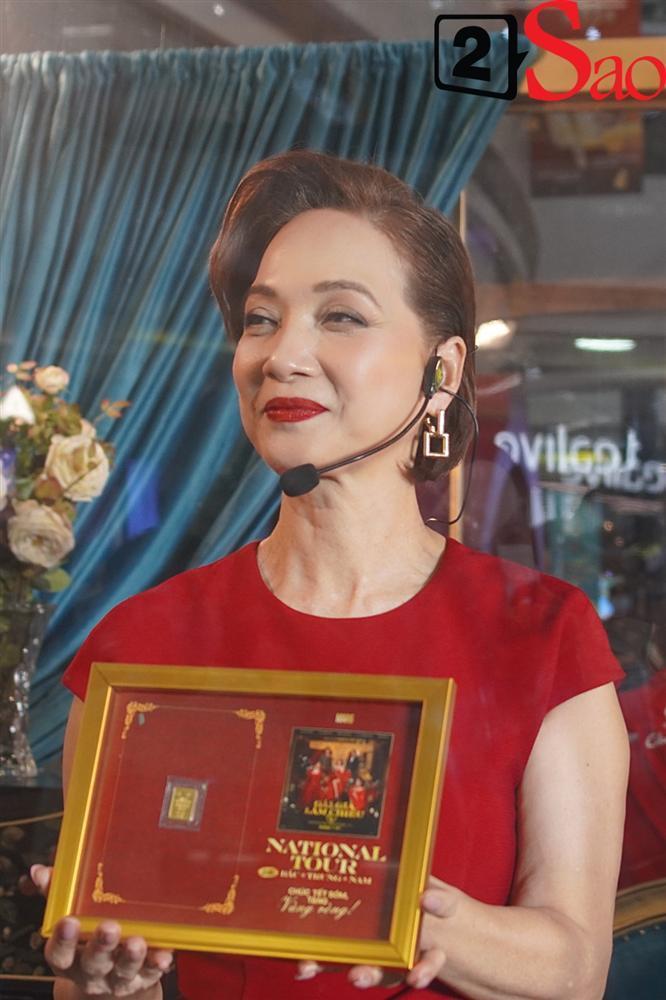 Kaity Nguyễn và dàn sao Gái già lắm chiêu V bị nhốt trong lồng kính giữa trung tâm thương mại-9