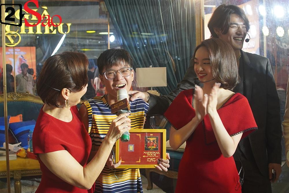 Kaity Nguyễn và dàn sao Gái già lắm chiêu V bị nhốt trong lồng kính giữa trung tâm thương mại-10