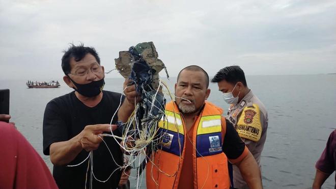 Tìm thấy mảnh vỡ nghi của máy bay chở 62 người rơi ở Indonesia-1