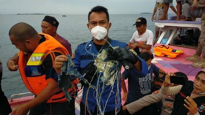 Tìm thấy mảnh vỡ nghi của máy bay chở 62 người rơi ở Indonesia-2