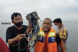 Tìm thấy mảnh vỡ nghi của máy bay chở 62 người rơi ở Indonesia