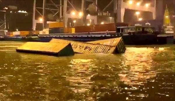 22 container rơi xuống sông Cái Mép-1