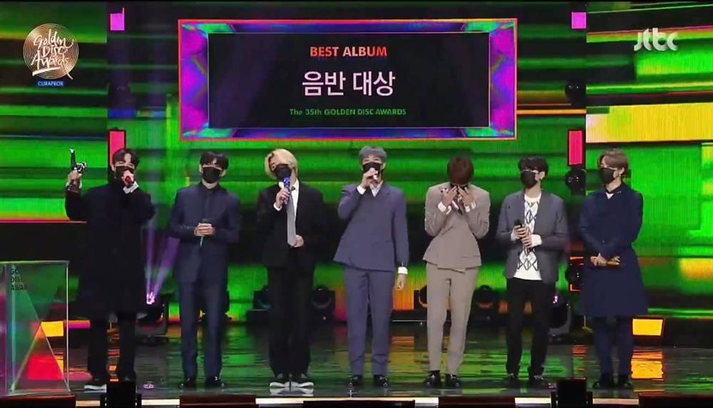 Golden Disc Awards Day 2: BTS ẵm Daesang 5 năm liên tiếp, Suga chính thức tái xuất trình diễn cùng nhóm-4