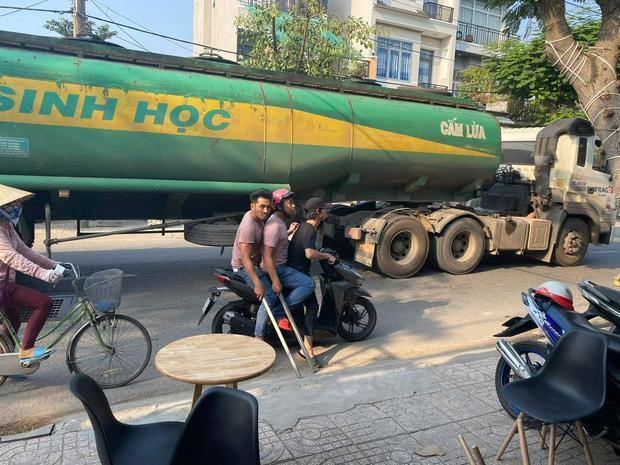 Clip: Nhóm giang hồ cầm hung khí, truy sát 2 người ở ven sông Sài Gòn-2