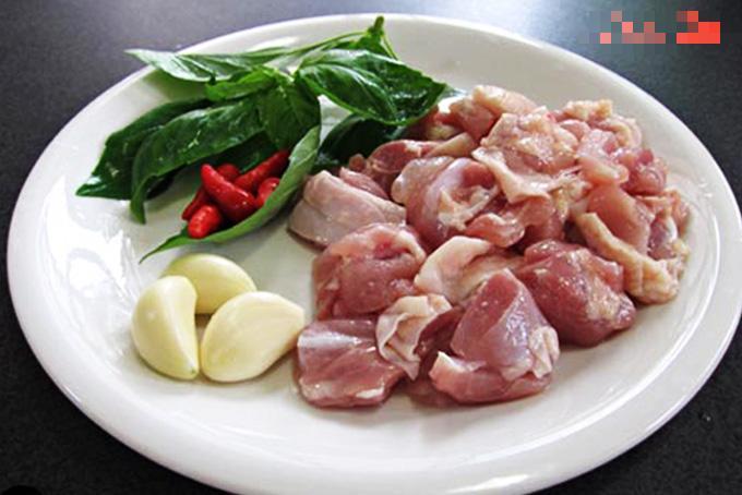 Lá gia vị quen mà lạ giúp món thịt gà rang dậy mùi thơm, ngon tốn cơm-1