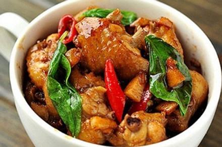 Lá gia vị quen mà lạ giúp món thịt gà rang dậy mùi thơm, ngon 'tốn cơm'