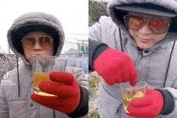Lộ diện nhân vật showbiz 'ăn chơi' nhất Vịnh Bắc Bộ khi cả gan lên nơi lạnh nhất Việt Nam để... uống trà đá?