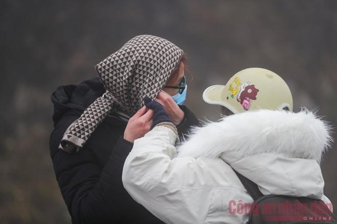 Nhiệt độ xuống âm, khách du lịch ùn ùn kéo lên Sapa đợi tuyết-2