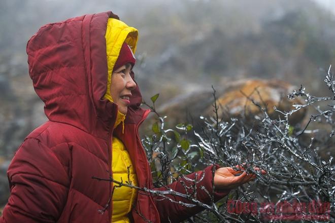 Nhiệt độ xuống âm, khách du lịch ùn ùn kéo lên Sapa đợi tuyết-3