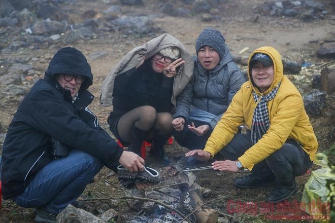 Nhiệt độ xuống âm, khách du lịch ùn ùn kéo lên Sapa đợi tuyết-4