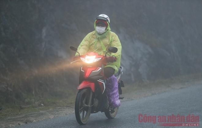Nhiệt độ xuống âm, khách du lịch ùn ùn kéo lên Sapa đợi tuyết-8