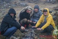 Nhiệt độ xuống âm, khách du lịch ùn ùn kéo lên Sapa đợi tuyết