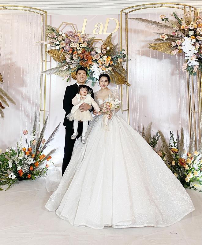 Bà xã Bùi Tiến Dũng chi 1,7 tỷ đồng cho váy cưới trong 3 lần tổ chức hôn lễ-3