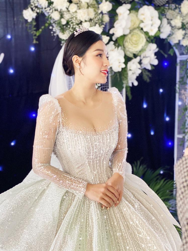 Bà xã Bùi Tiến Dũng chi 1,7 tỷ đồng cho váy cưới trong 3 lần tổ chức hôn lễ-8