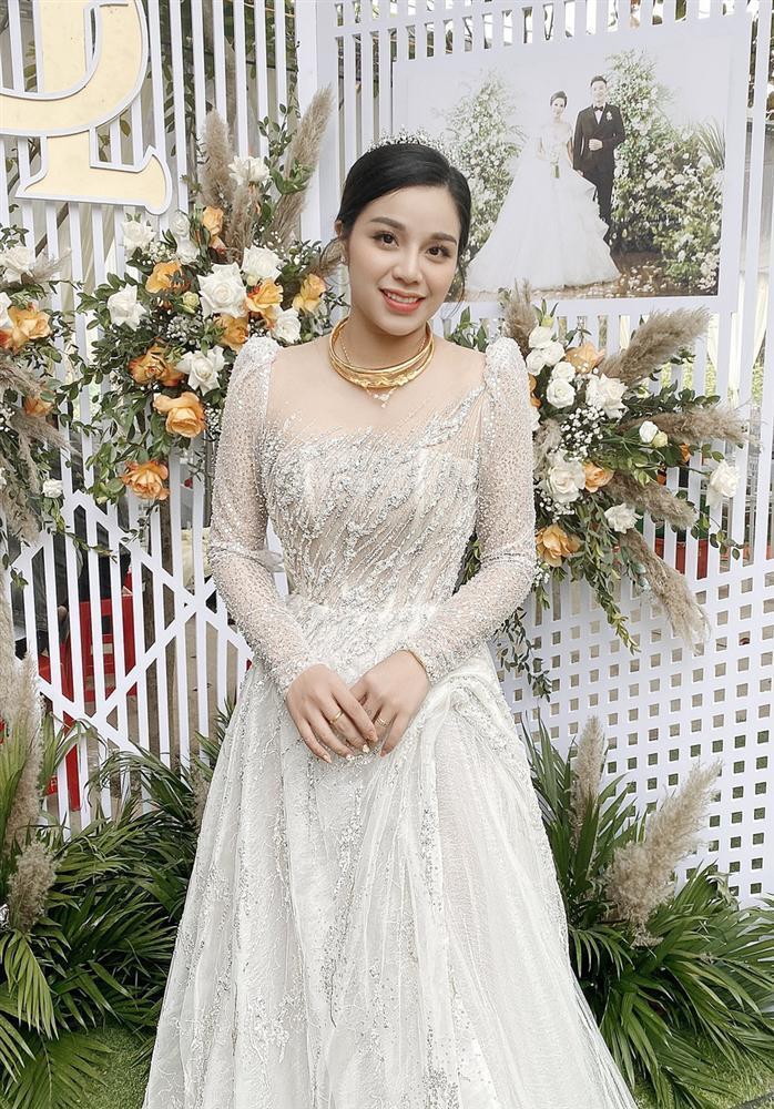 Bà xã Bùi Tiến Dũng chi 1,7 tỷ đồng cho váy cưới trong 3 lần tổ chức hôn lễ-9