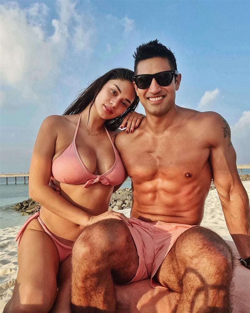 E ấp bên bạn trai, Hoa hậu Hoàn vũ Pia gây sốt với ngực to ngang đầu-1