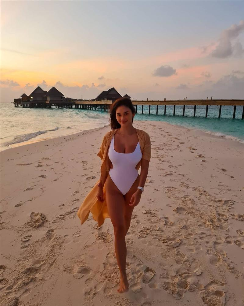 E ấp bên bạn trai, Hoa hậu Hoàn vũ Pia gây sốt với ngực to ngang đầu-2