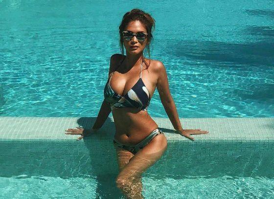 E ấp bên bạn trai, Hoa hậu Hoàn vũ Pia gây sốt với ngực to ngang đầu-3
