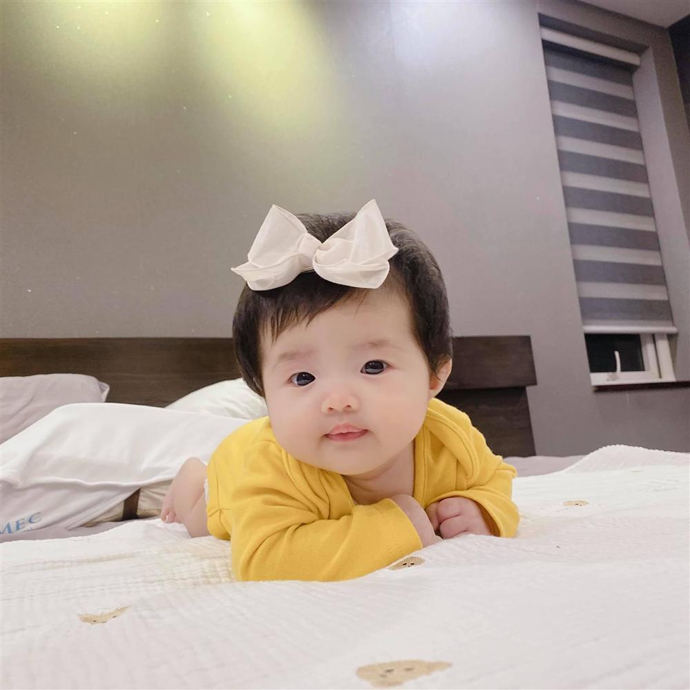 Đông Nhi khoe con gái trực diện, mặt giống Ông Cao Thắng không trượt nét nào-1