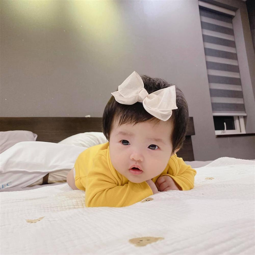 Đông Nhi khoe con gái trực diện, mặt giống Ông Cao Thắng không trượt nét nào-2