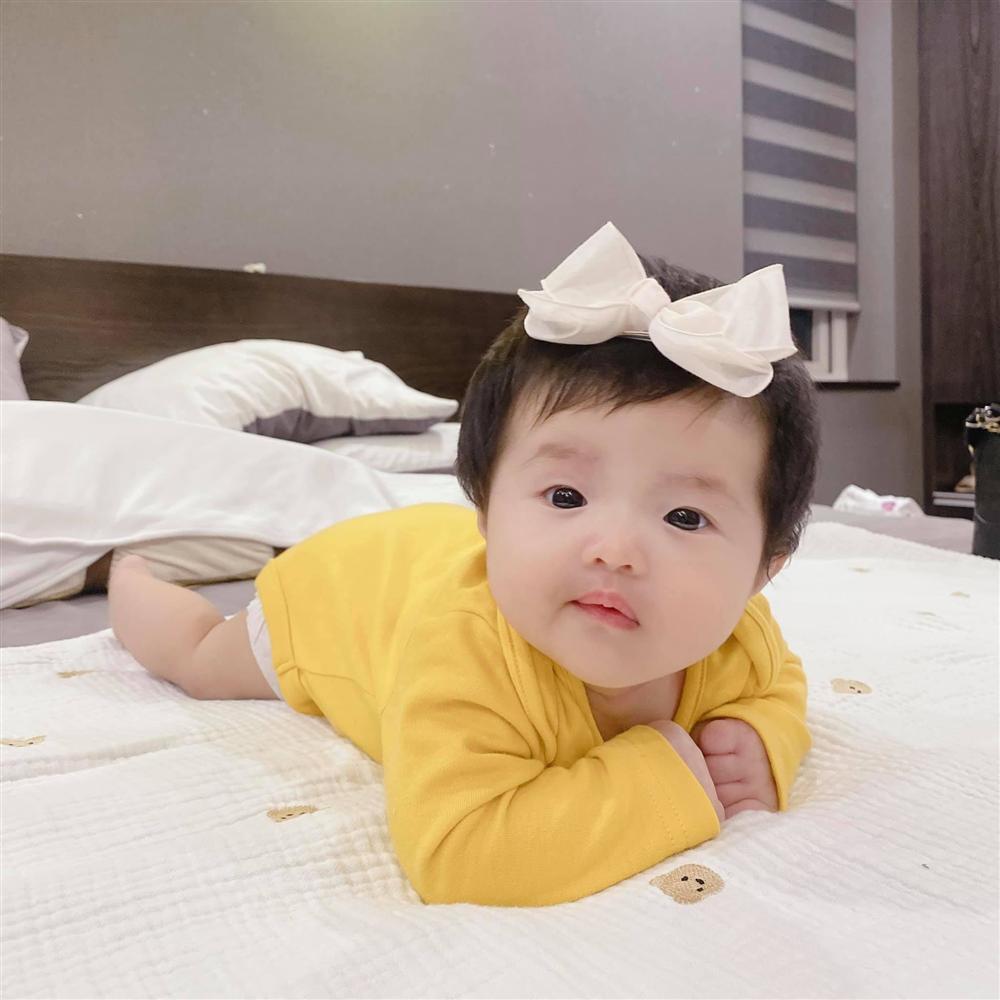 Đông Nhi khoe con gái trực diện, mặt giống Ông Cao Thắng không trượt nét nào-4