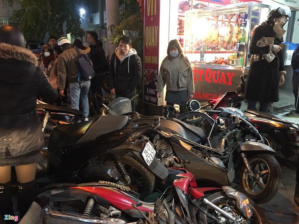 Nữ tài xế tông hàng loạt xe máy trên phố-2