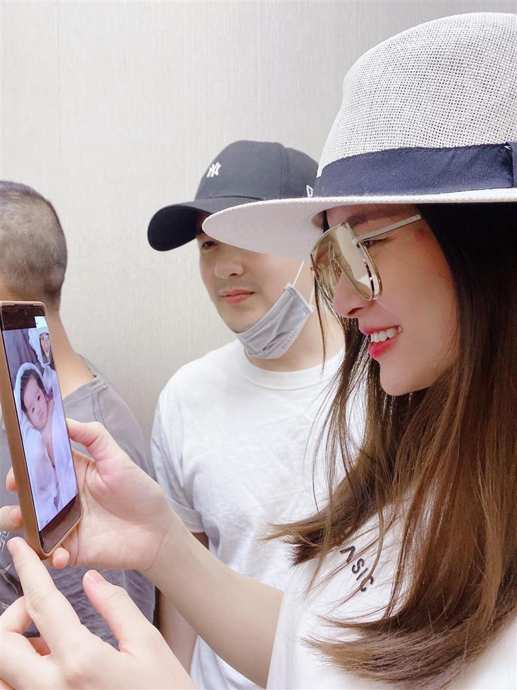Đông Nhi khoe con gái trực diện, mặt giống Ông Cao Thắng không trượt nét nào-6