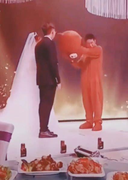 Cô dâu ôm người yêu cũ khóc nức nở ở đám cưới, phản ứng chú rể ai cũng sốc-2