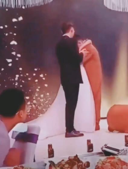 Cô dâu ôm người yêu cũ khóc nức nở ở đám cưới, phản ứng chú rể ai cũng sốc-3