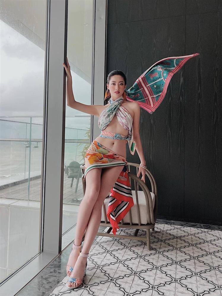 Hoa hậu Lương Thùy Linh lấy khăn lụa quấn làm váy táo bạo khoe body cực phẩm-3