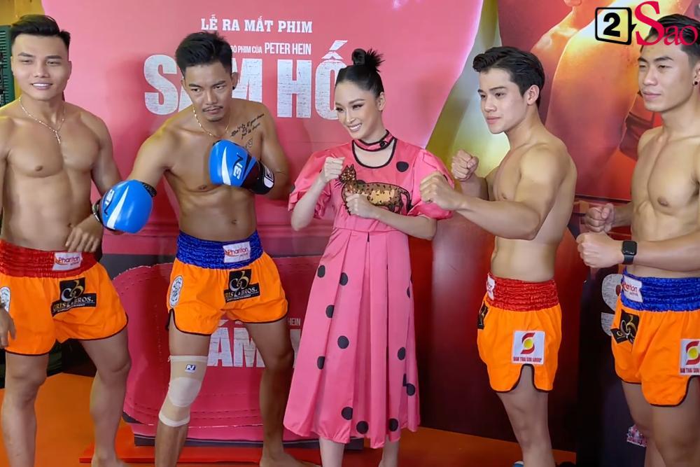 Trương Hồ Phương Nga rạng rỡ bên các võ sĩ 6 múi tại sự kiện ra mắt phim Sám hối-2