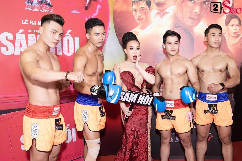 Trương Hồ Phương Nga rạng rỡ bên các võ sĩ 6 múi tại sự kiện ra mắt phim Sám hối-6