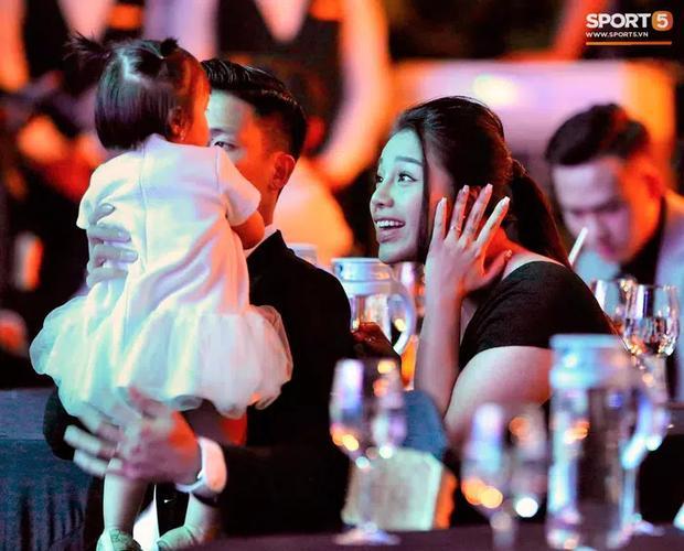 Khánh Linh - vợ Bùi Tiến Dũng lần đầu xuất hiện sau đám cưới, nhan sắc tăng lên vài chân kính-3