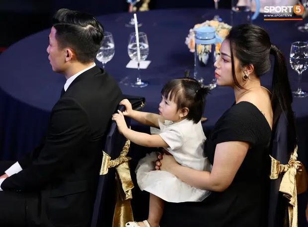 Khánh Linh - vợ Bùi Tiến Dũng lần đầu xuất hiện sau đám cưới, nhan sắc tăng lên vài chân kính-4