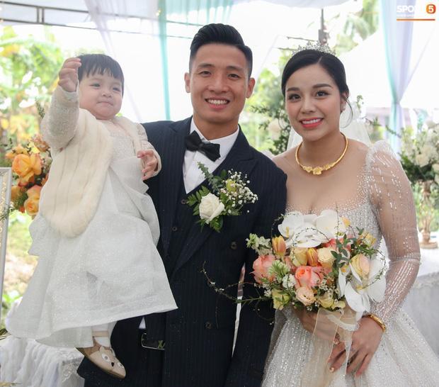 Khánh Linh - vợ Bùi Tiến Dũng lần đầu xuất hiện sau đám cưới, nhan sắc tăng lên vài chân kính-5