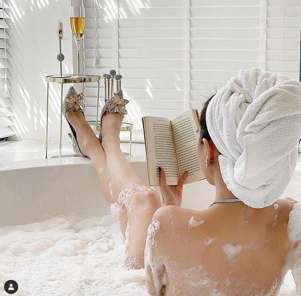 Ngọc Trinh nude trong bồn tắm nhưng vẫn đi giày hiệu 100 triệu-1