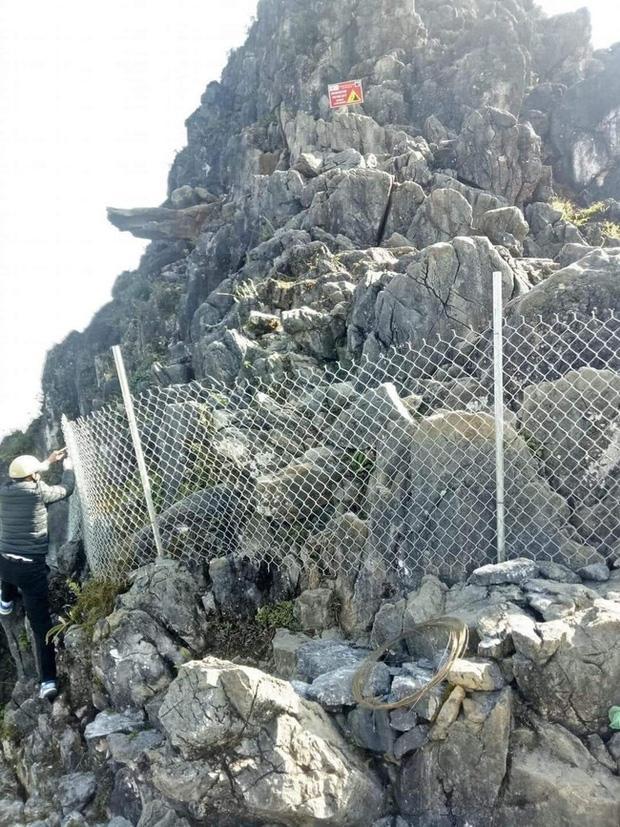 Dân phượt hết cửa check-in ở mỏm đá tử thần trên đèo Mã Pí Lèng sau vụ du khách trượt chân rơi xuống khe đá-1