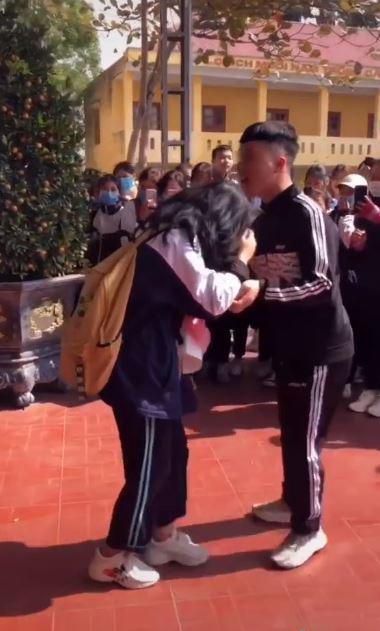 Quỳ xuống cầu hôn bạn gái ngay giữa sân trường, nam sinh nhận về nhiều ý kiến trái chiều-1